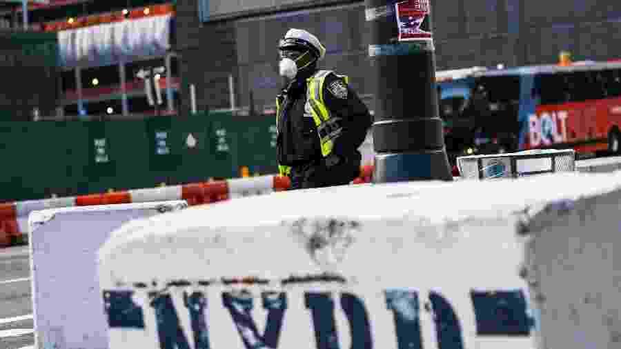 Policial usa máscara em Nova York, nos Estados Unidos - EDUARDO MUNOZ ALVAREZ / GETTY IMAGES NORTH AMERICA / Getty Images via AFP