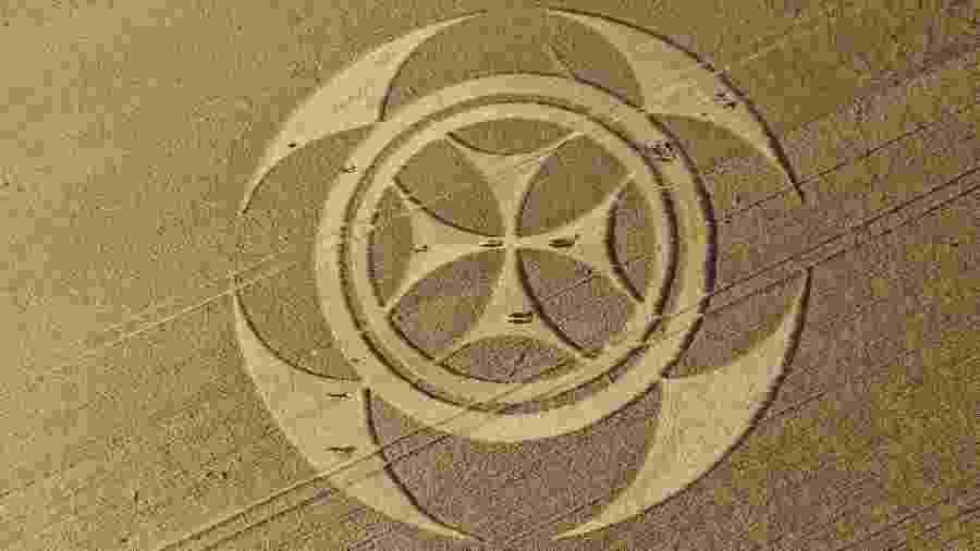 Imagem aérea mostra símbolo misterioso que apareceu em um campo de trigo em Vimy, na França - Pascal Rossignol/Reuters