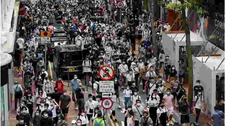 Milhares marcharam em Hong Kong no aniversário no aniversário da transferência da soberania sobre Hong Kong do Reino Unido à China - Reuters - Reuters