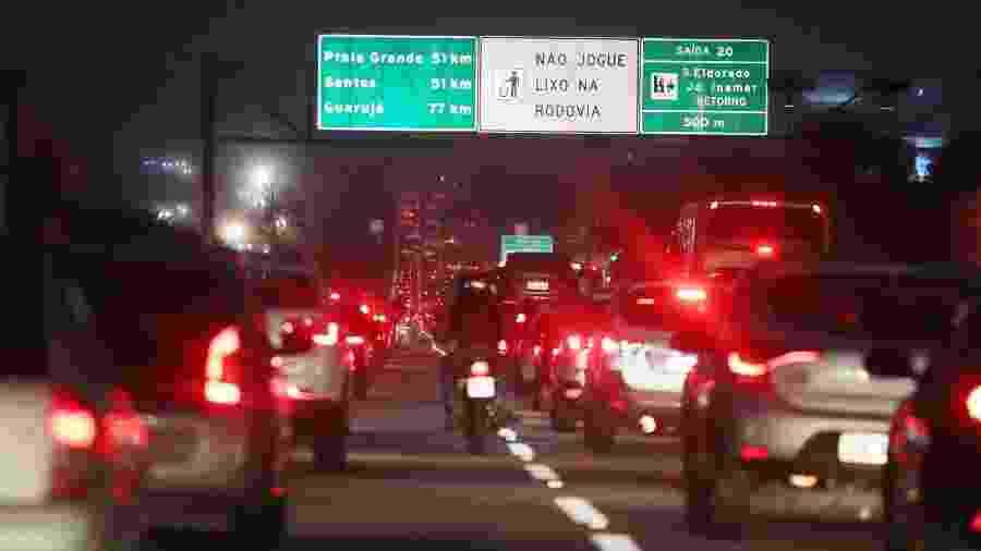 À noite, a rodovia dos Imigrantes ainda tem 23 km de congestionamento no sentido litoral - Agência Estado