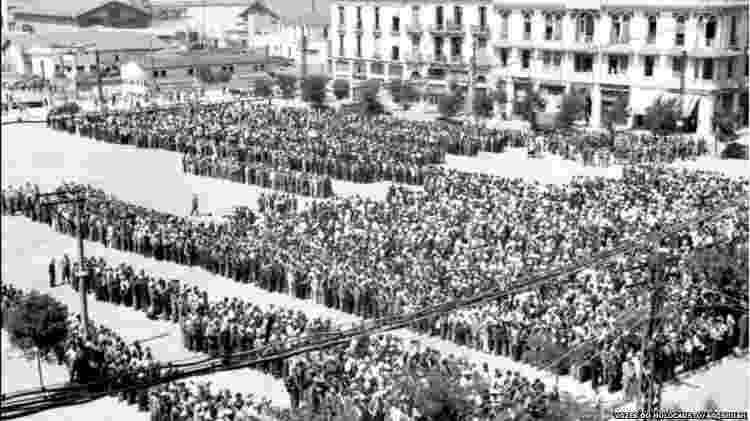 Cerca de 9 mil judeus reunidos na Praça Eleftherias para serem registrados e, posteriormente, enviados para trabalhos forçados - Vozes do Holocausto/Arqshoah - Vozes do Holocausto/Arqshoah