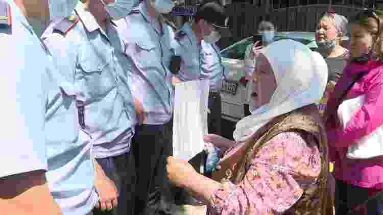 Khalida leva fotos de seus familiares ao consulado chinês em busca de respostas - RFE/RFA - RFE/RFA