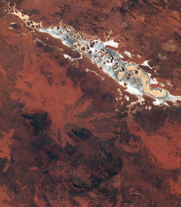 4.set.2015 - Imagem capturada pelo satélite Sentinel-2A da Esa (Agência Espacial Europeia) tirada da área de Uluru, no nordeste da Austrália, que surpreende pelas formações rochosas. O lago Amadeus é o país salgado da região. Possui 180 quilômetros de extensão e contém 600 milhões de toneladas de sal