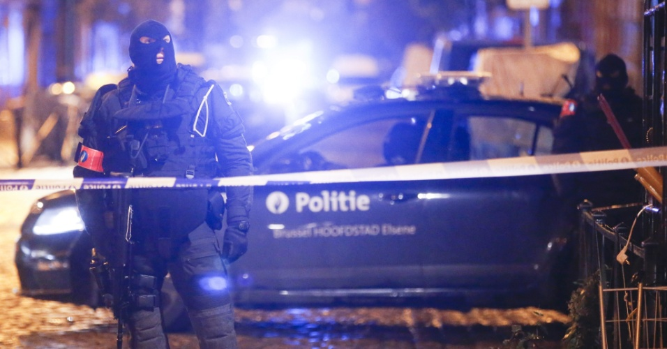 22.nov.2015 - Forças de segurança belgas realizam operação em Molenbeek, nos arredores de Bruxelas. A capital do país está em alerta máximo para ações terroristas