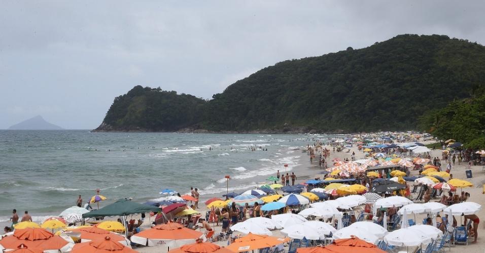 1º.jan.2016 - Banhistas aproveitam o calor para lotar a praia de Camburizinho, em São Sebastião, litoral norte de São Paulo