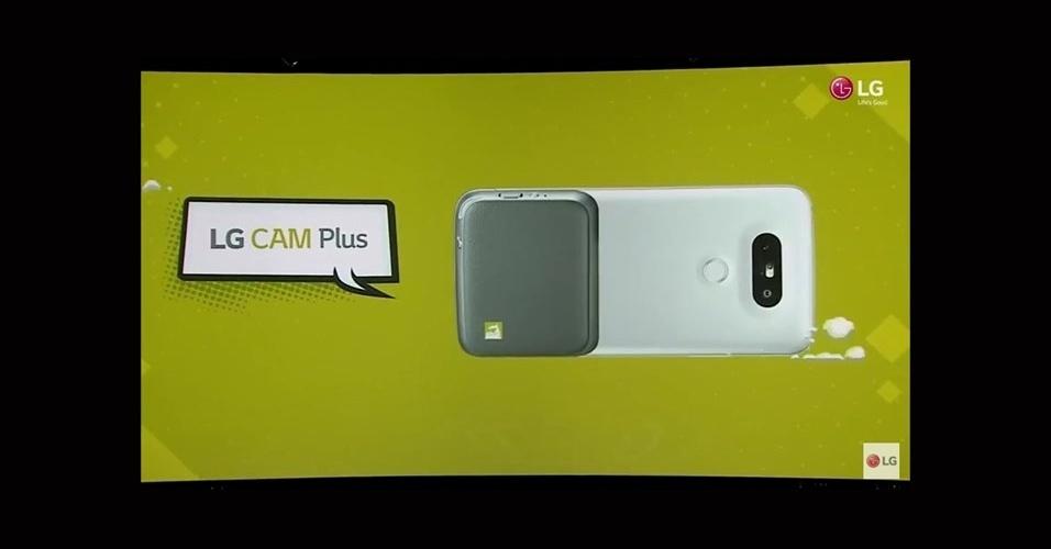 21.fev.2016 - Com LG Cam Plus --um gadget pequeno e compacto com encaixe no aparelho--, por exemplo, o G5 pode se transformar em uma câmera digital, com funções específicas, maiores controles sobre os cliques e uma adição de 1.200 mAh à bateria do aparelho