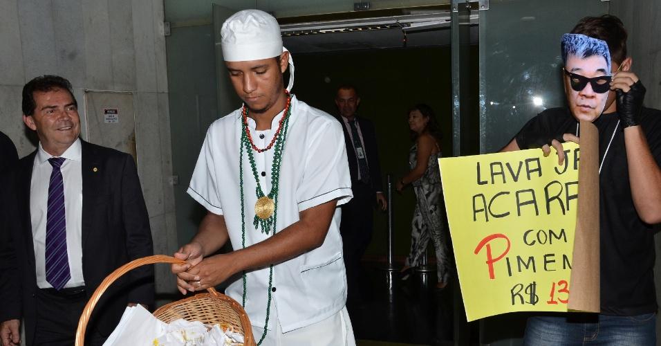 23.fev.2016 - Em ato contra o PT, manifestantes distribuem acarajés na Câmara dos Deputados