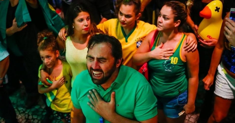 17.mar.2016 - Homem se emociona durante ato que pede a renúncia da presidente Dilma Rousseff e protesta contra nomeação do ex-presidente Luiz Inácio Lula da Silva como ministro-chefe da Casa Civil, na avenida Paulista, em São Paulo