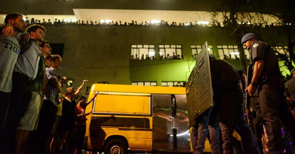21.mar.2016 - Polícia Militar e manifestantes ficam frente a frente na PUC-SP. Na ocasião, grupos contrários e favoráveis ao impeachment da presidente Dilma Rousseff se encontraram e houve tumulto e confusão