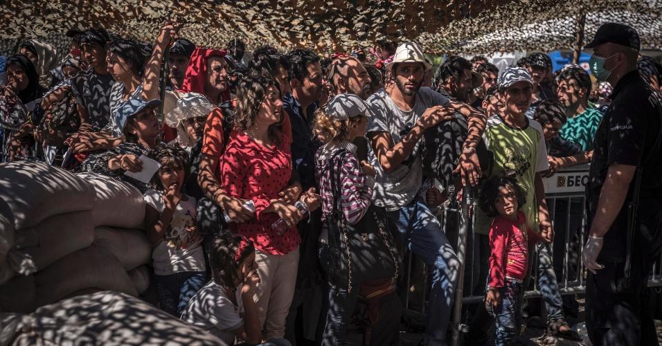 """19.abr.2016 - Imigrantes esperam para obter documentos em Presevo, na Sérvia. Mauricio Lima, Sergey Ponomarev, Tyler Hicks e Daniel Etter do jornal """"The New York Times"""" ganharam o Prêmio Pulitzer com uma série de fotos sobre refugiados na Europa"""