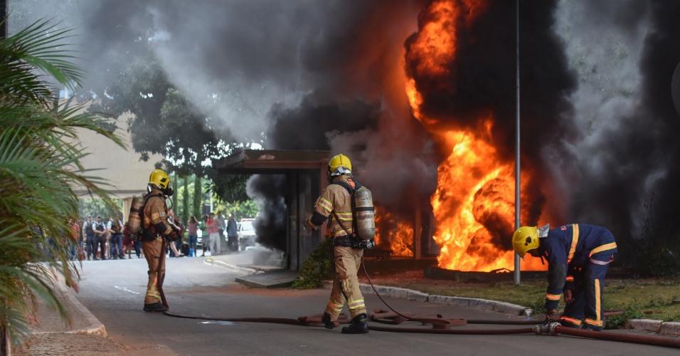 28.abr.2016 - Um incêndio atingiu o Airam Hotel, no setor hoteleiro norte em Brasília (DF). Segundo as primeiras informações, três pessoas foram atendidas pelo Corpo de Bombeiros. O fogo teria começado por volta das 16h e apagado pela corporação em menos de uma hora depois