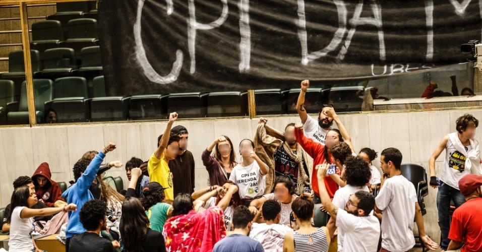 05.mai.2016 - Estudantes permanecem ocupando plenário da Alesp (Assembleia Legislativa do Estado de São Paulo) nesta quinta-feira (5). Eles protestam contra a 'máfia da merenda' e os cortes na educação