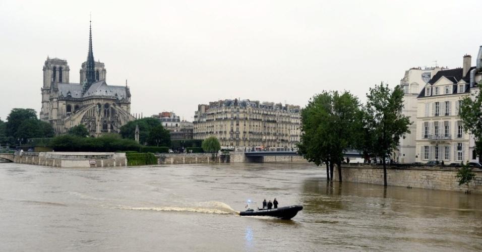 2.jun.2016 - Os temporais na França fizeram com que o rio Sena, que corta Paris, transbordasse, após atingir seu nível mais alto dos últimos 30 anos. O risco de alagamento fechou ainda os museus do Louvre e de Orsay. Uma linha de metrô foi interrompida na capital francesa
