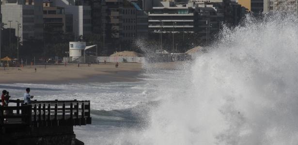 Ressaca atinge praia do Leblon em junho do ano passado