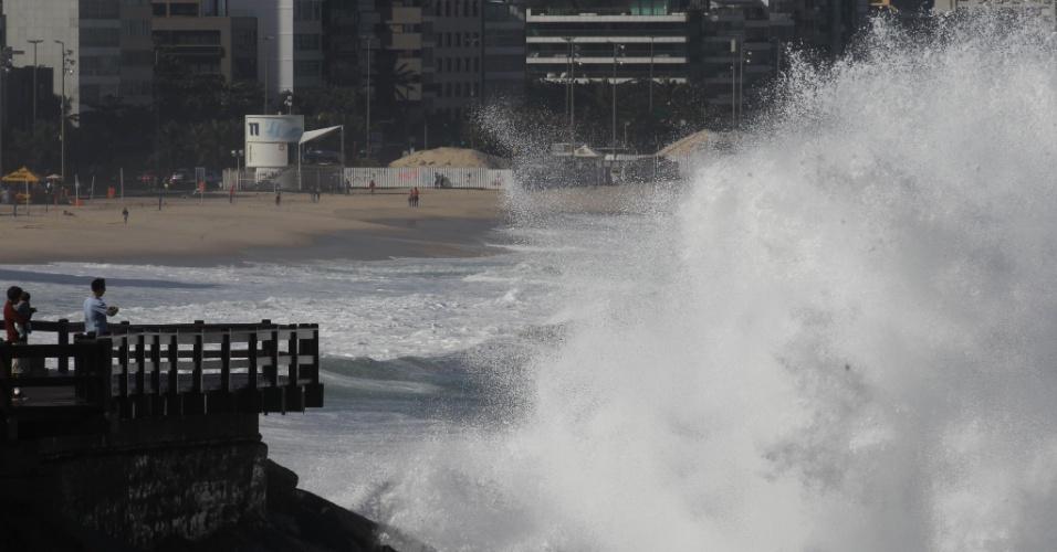 11.jun.2016 - Mar em ressaca virou atração no Pontal do Leblon, na zona sul do Rio de Janeiro, e altas ondas fizeram a alegria dos surfistas