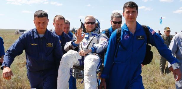 Astronauta americano Tim Kopra é resgatado após aterrissagem no Cazaquistão, na manhã deste sábado (18)