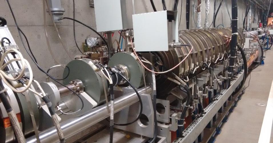Imagem do acelerador linear, o canhão que dá o chute inicial nos elétrons. Ele fica localizado no subsolo do laboratório, e o acesso ao local só é permitido quando o acelerador é desligado. Isso devido à alta tensão e à radiação que é emitida quando há elétrons circulando