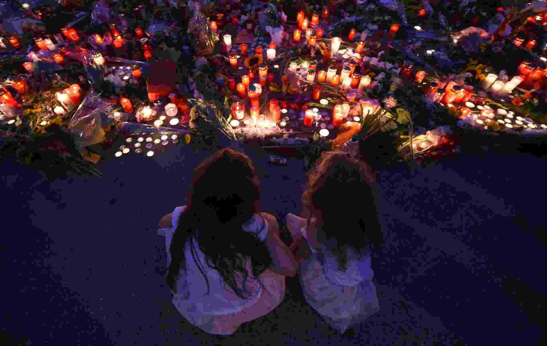 24.jul.2016 - Flores e velas são colocadas em memorial para as vítimas do atentado no shopping Olympia, em Munique (Alemanha). Um atirador com nacionalidade alemã e iraniana, de 18 anos, matou nove pessoas e deixou dezenas de feridos. Ele se matou em seguida - Christof Stache/AFP