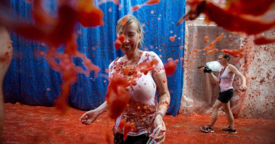 31.ago.2016 - Mulher é atingida por tomate durante a Tomatina, em Buñol, Espanha