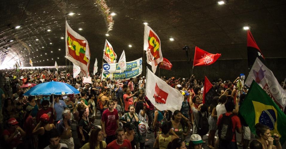 4.set.2016 - Manifestação contra o atual presidente Michel Temer (PMDB) toma túnel no Rio de Janeiro. O ato teve concentração em frente ao Copacabana Palace e seguiu até o Canecão, onde já se encontrava uma resistência contra o novo governo
