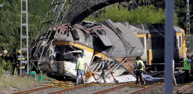 Equipe de resgate inspeciona trem que descarrilou na Galícia, Espanha