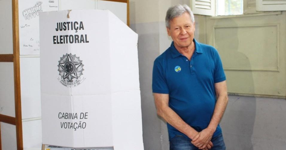 30.out.2016 - O candidato à reeleição pelo PSDB, Artur Neto, chega para votar no Colégio Amazonense Dom Pedro II, em Manaus (AM)