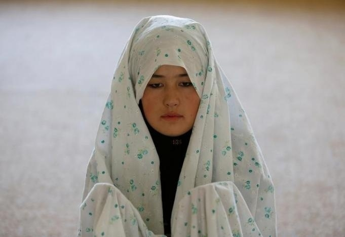 10.nov.2016 - A soldada Mohazama Najebi, 18, reza dentro de uma mesquita no centro de treinamento
