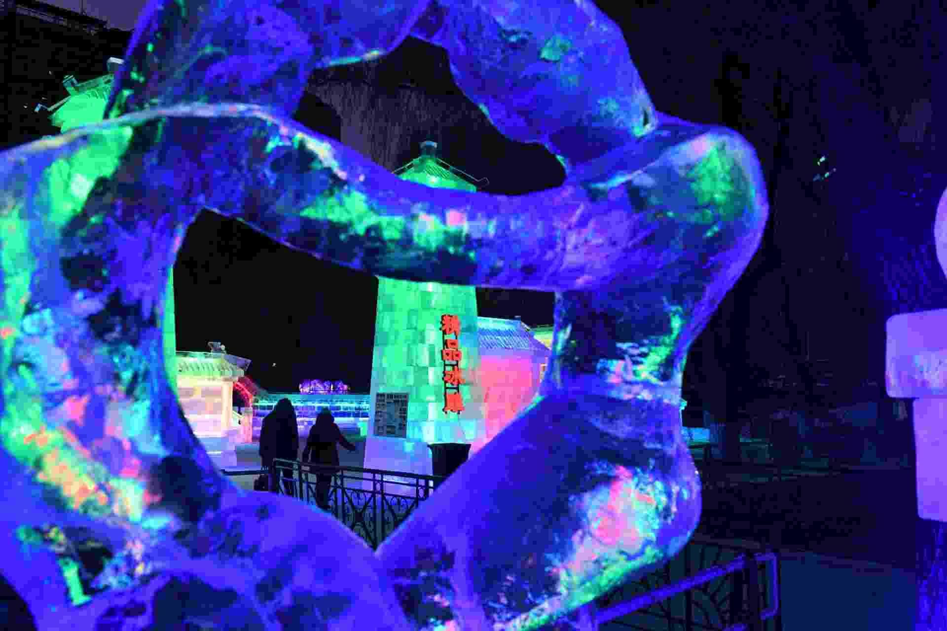 26.dez.2016 - Pessoas passeiam entre luminárias de gelo no 43º festival do gênero em Harbin, na China. As esculturas de gelo são baseadas na arte chinesa de jardim - Wang Song/Xinhua