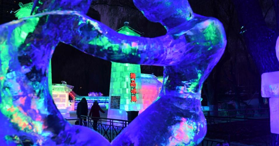 26.dez.2016 - Pessoas passeiam entre luminárias de gelo no 43º festival do gênero em Harbin, na China. As esculturas de gelo são baseadas na arte chinesa de jardim
