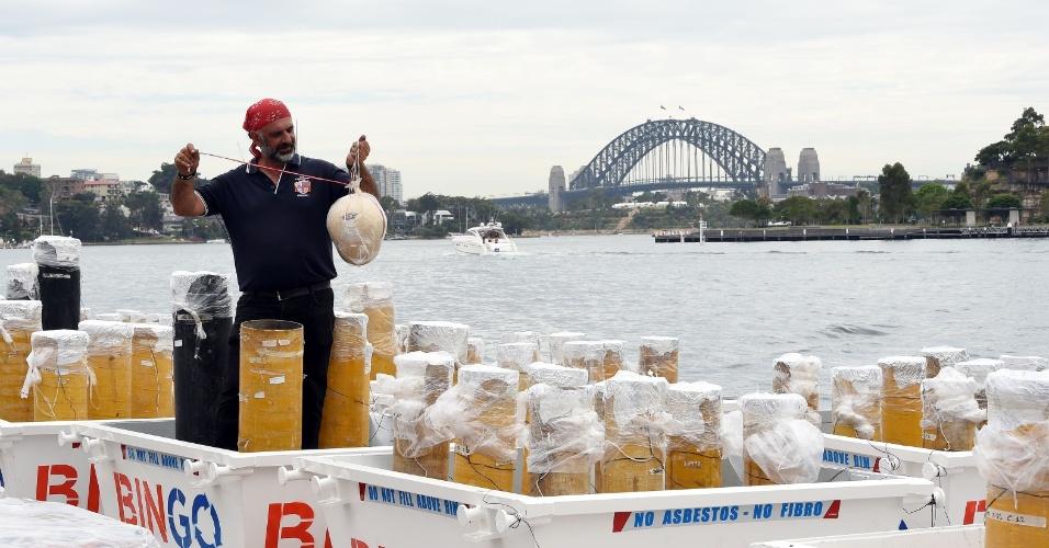 29.dez.2016 - Responsável pela queima de fogos na baía de Sydney inspeciona uma das estruturas da festa, uma das primeiras que celebrará o início de 2017 e é televisionada para o mundo todo