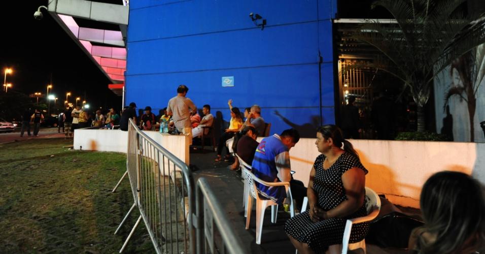6.jan.2017 - Fila de pessoas em frente à loja do Magazine Luiza da Marginal Tietê, em São Paulo, em busca de descontos anunciados em promoção anual da rede. Segundo a empresa, a promoção é realizada em 791 lojas, de 16 Estados