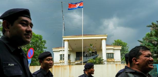 Policiais malaios passam diante da Embaixada da Coreia do Norte, em Kuala Lumpur