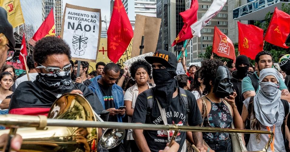 Integrantes do movimento black block, com lenços e máscaras no rosto, formam a linha de frente dos protestos do Movimento Passe Livre, em São Paulo
