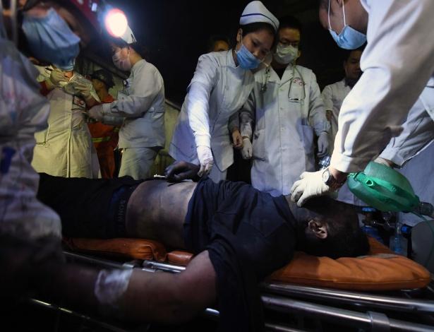 Mineiro recebe atendimento médico logo depois de ser resgatado da mina de carbono