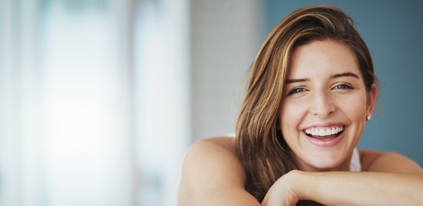 Sorrir faz com que uma pessoa pareça mais velha por causa das rugas que se formam ao redor dos olhos