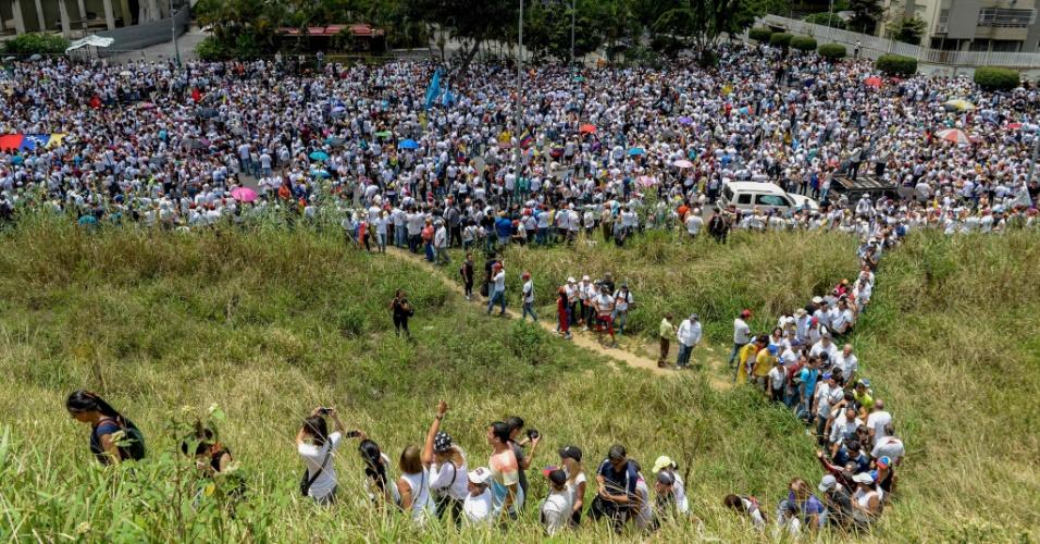 22.abr.2017 - Milhares de opositores realizaram uma marcha épica, caminhando por 14 quilômetros através de Caracas. A Marcha do Silêncio, em homenagem às pessoas mortas em protestos anteriores, cruzou um bairro pró-governo, antes uma zona proibida para os manifestantes.