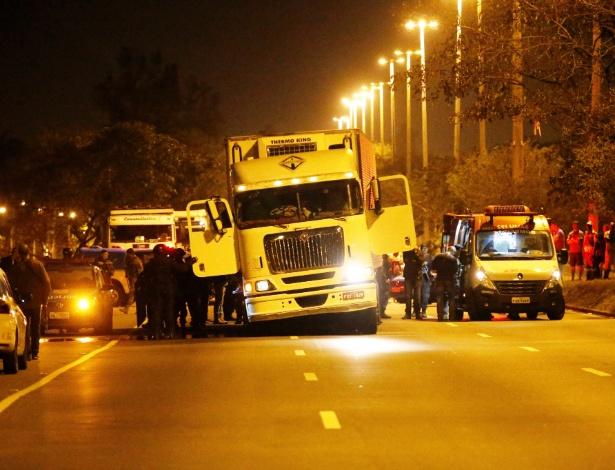 Polícia acessa caminhão, na avenida Brasil, após libertar motorista que foi feito refém