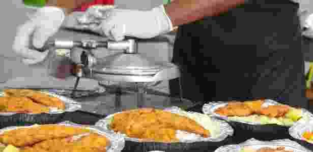 Equipe da cozinha prepara as marmitas para entregar no Rio - Marco Antonio Teixeira/UOL - Marco Antonio Teixeira/UOL