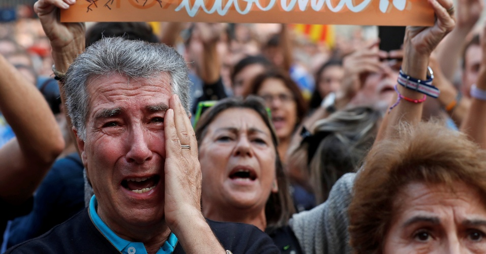 27.out.2017 - Homem chora durante declaração de independência feita pelo Parlamento Catalão, em Barcelona