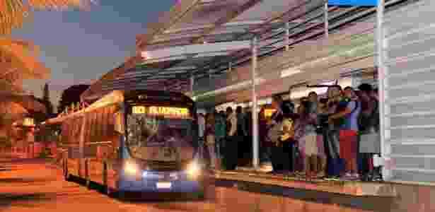 ônibus do BRT coleta passageiros - Uanderson Fernandes/Agência O Globo