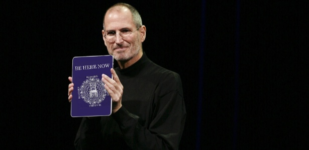 """Montagem de Steve Jobs segurando o livro """"Be Here Now'"""