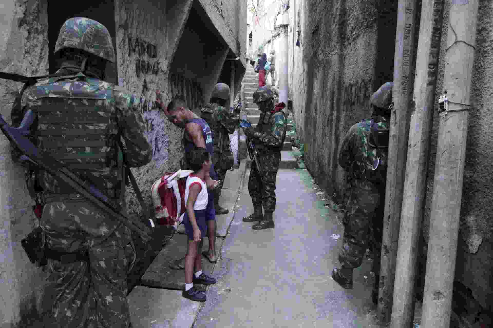27.mar.2018 - Homens do Exército e das polícias do Rio fazem uma operação em comunidades do Lins de Vasconcelos, na zona norte do Rio de Janeiro - Jose Lucena/Futura Press/Estadão Conteúdo