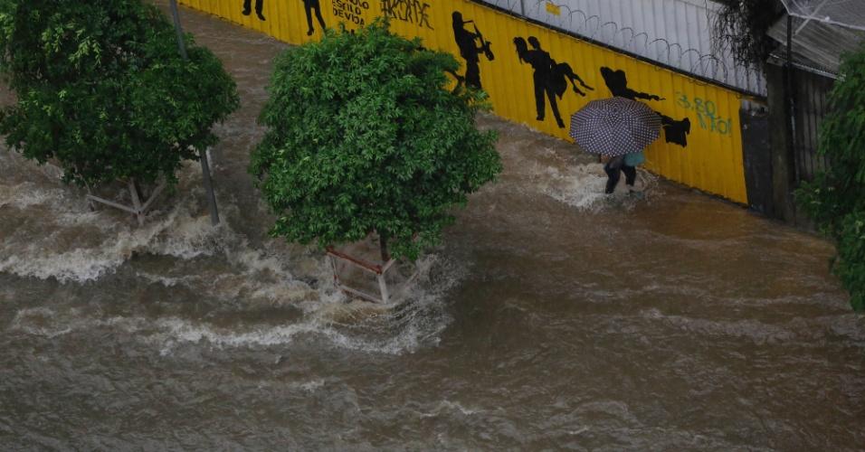 28.mar.2018 -Ponto de alagamento na Avenida Nove de Julho, próximo a Praça da Bandeira, durante forte chuva que atinge a região central de São Paulo, nesta quarta- feira, 28.