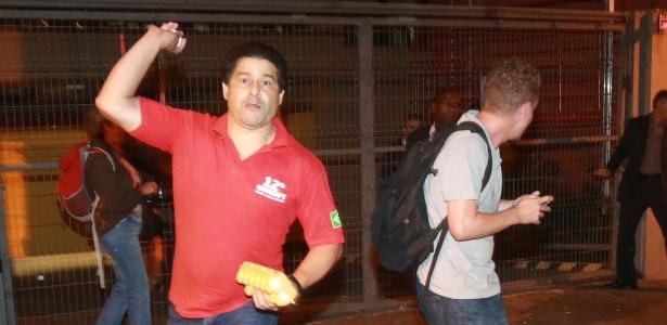 Manifestante pró-Lula atira ovos em direção a jornalistas