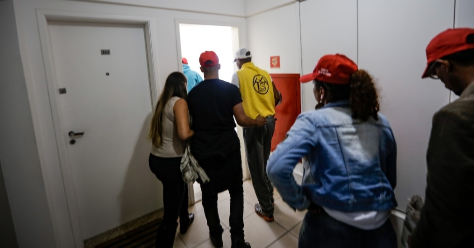 16.abr.2018 - Integrantes do MTST e da Frente Povo Sem Medo entram no apartamento tríplex atribuído ao ex-presidente Luiz Inácio Lula da Silva. A ocupação é por tempo indeterminado