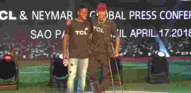 Lesionado, Neymar --ao lado de Rodrygo, jogador do Santos-- se apresenta como garoto-propaganda da marca chinesa de TVs TCL - Gabriel Francisco Ribeiro/UOL