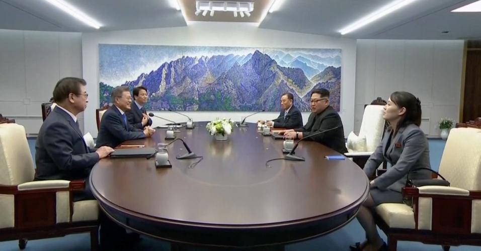 26.abril.2018 - Delegações norte e sul-coreana reunidas em Panmunjom. Pela primeira vez em 65 anos, um líder da Coreia do Norte esteve em território sul-coreano