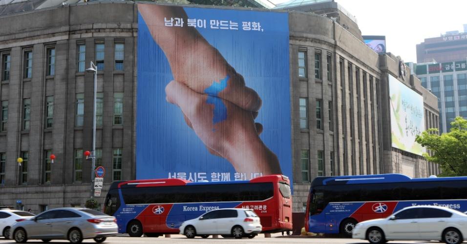 """26.abril.2018 - """"Seul, com o Sul, juntos com o Norte"""", diz propaganda oficial na capital sul-coreana um dia antes da Cúpula das Coreias"""