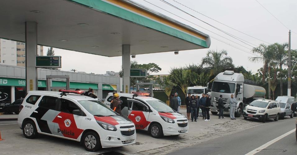 Polícia militar faz escolta durante abastecimento de combustível em posto da avenida Aricanduva em São Paulo, nesta segunda-feira (28)