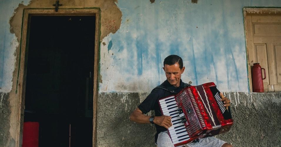 Morador toca sanfona em comunidade no oeste baiano
